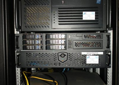 4 HE und 2 HE Server im Rack D1